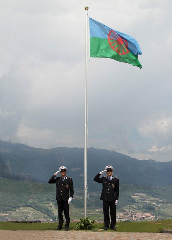 El Cuerpo de Carabinieri rindiendo honor a la bandera gitana.