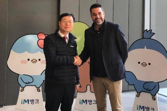 Soong-In Lee, vicepresidente ejecutivo de Daegu Bank, junto a Javier Mira, CEO de FacePhi