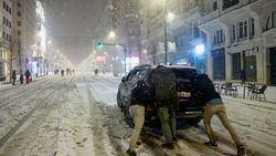 Madrid, colapsado y con barricadas de árboles caídos y bloques de hielo que no se derriten.