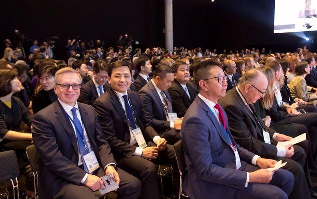 Alcalde de Nur-Sultán, Altay Kulginov, y el Embajador de Kazajstán en España, Konstantin Zhigalov, durante la celebración de Mobile World Congress en Barcelona en noviembre de 2019.