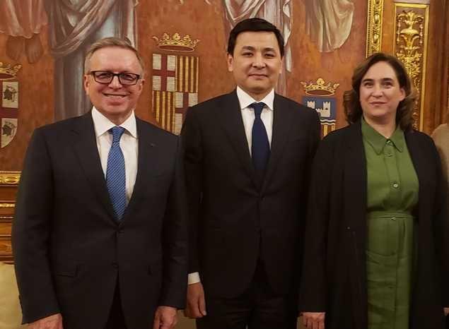 La Alcaldesa de Barcelona, Ada Colau, recibe al Alcalde de Nur-Sultán, Altay Kulginov, y al Embajador de Kazajstán en España, Konstantin Zhigalov, en la sede del Ayuntamiento de la capital catalana.