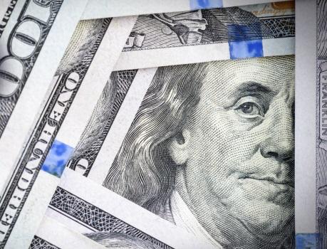 El dólar opera con tono mixto ante las escasas señales de inflación