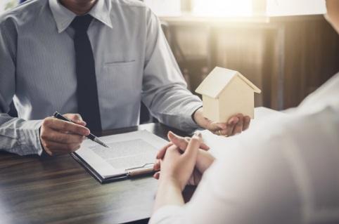 ¿Son legales las comisiones que cobran los brókers hipotecarios?