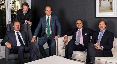 En la imagen adjunta los socios de Portobello: Carlos Dolz, sentado a la derecha. Iñigo Sánchez Asiain, a su lado. Ramón Cerdeiras en el centro. Juan Luis Ramirez sentado a la izquierda. Luis Peñarrocha, de pie a la izquierda.