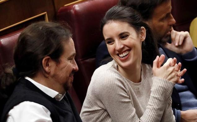 La Ministra de Igualdad, Irene Montero, junto a su esposo Pablo Iglesias, en la bancada del Congreso de los Diputados, donde ambos han ocupado asiento.