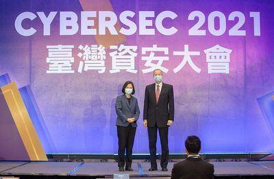 El director del AIT, Brent Christensen, se une a la presidenta Tsai Ing-wen (izquierda) durante la inauguración de CYBERSEC 2021 el 4 de mayo en la ciudad de Taipei. (Foto cortesía de la Presidencia)