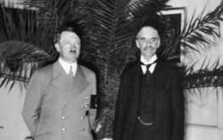 El canciller alemán Adolf Hitler y su homólogo británico, el primer ministro británico, Neville Chamberlain, en una foto de archivo.