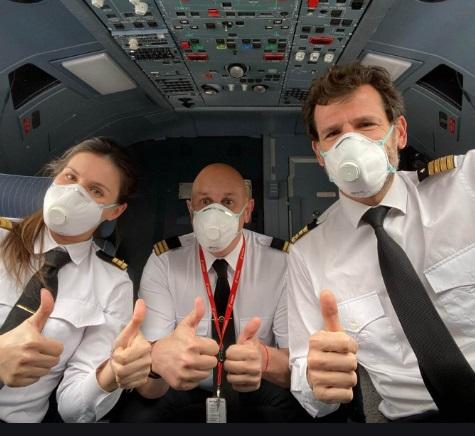 Los derechos de los viajeros que sufren la cancelación de su vuelo por el positivo en Covid-19 de la tripulación