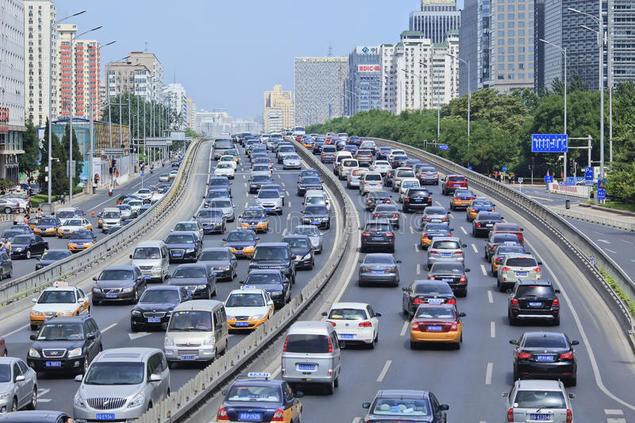 Congestión de tráfico en una calle financiera de Pekín.