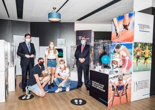 José Ignacio Goirigolzarri, presidente de CaixaBank, y Miguel Carballeda, presidente del CPE, se reúnen con una representación de los deportistas que competirán en los Juegos Paralímpicos en el marco de la exposición itinerante #InconformistasDelDeporte
