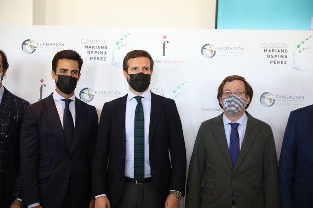 De izquierda a derecha, el letrado Juan Gonzalo Ospina, Pablo Casado, presidente del PP y José Luis Martínez-Almeida, Alcalde de Madrid, durante el acto de entrega del Premio.