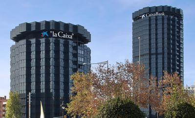 CaixaBank es una de las empresas europeas mejor valoradas en su lucha contra el cambio climático porque, entre otros motivos, ha logrado reducir sus emisiones en un 63% desde 2015, muy por encima del objetivo establecido en el Plan Estratégico del Grupo y porque en 2018 la entidad se convirtió en el primer banco cotizado en España en compensar al 100% sus emisiones de CO2.