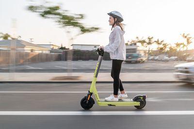 Un nuevo sistema detecta la conducción de patinetes por la acera y los para en tiempo real