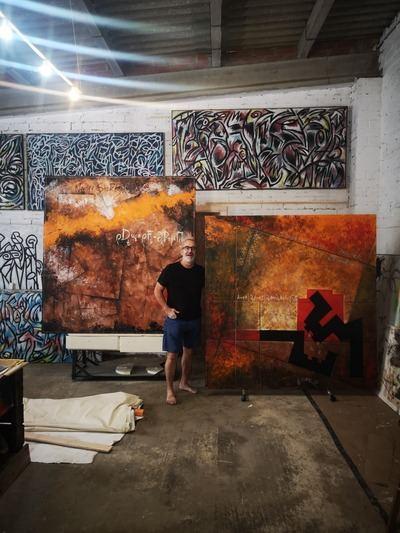 El artista, Josep A. Esteve (Veitorr), delante de su obra.