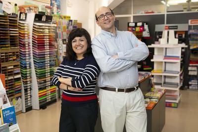 Joan y Guillermina, en la papelería Croquis que abrieron con la financiación de MicroBank.