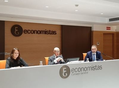 (de izda. a dcha.): Carmen Jover, vocal del Consejo Directivo del REAF-CGE, Jorge Onrubia, profesor de Economía Aplicada de la UCM y Agustín Fernández, presidente del REAF-CGE.