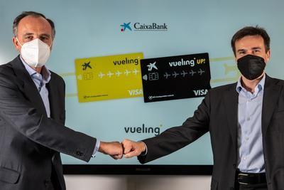 Juan Gandarias, consejero delegado de CaixaBank Payments & Consumer, y Marco Sansavini, Presidente de Vueling, han rubricado el acuerdo.