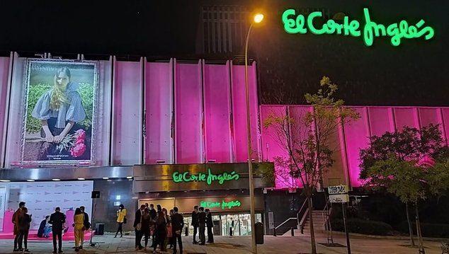 El Corte Inglés ilumina sus fachadas de rosa para apoyar la investigación contra el cáncer de mama