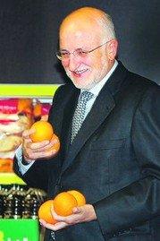 El empresario Juan Roig es la cabeza visible de Mercadona, una enseña que ha sido acusada recientemente de eliminar de sus estanterías más de 1.800 productos de origen español: entre ellos, las naranjas que sostiene el empresario en esta foto, que son argentinas.