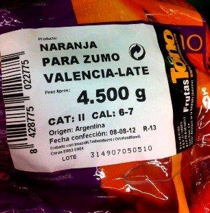 Mercadona marca naranjas con el nombre de una supuesta variedad 'Valencia Late', aunque el origen, como menciona la misma etiqueta, es de Argentina. Para que lleguen a España en buenas condiciones se les 'echan' productos químicos como el Imazalil, Tiabendazol y Orotfenilfenol a parte de ceras E-903 y E-904.